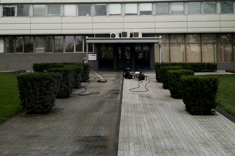 Czyszczenie kostki przed budynkiem w Gdańsku przed